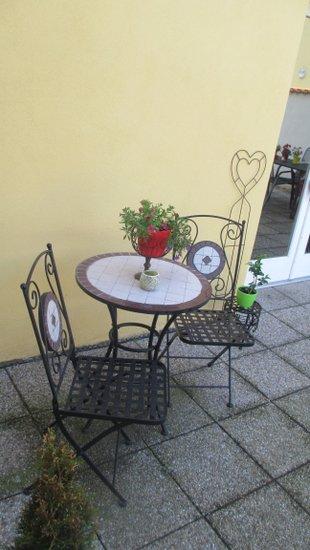 Detail stolku s posezením.