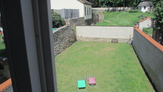 Pohled z okna apartmánu k hradebnímu příkopu.